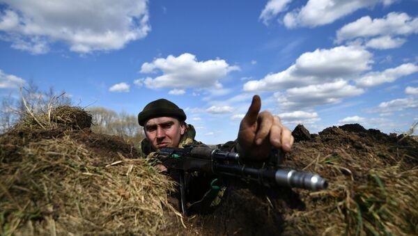 Военнослужащий во время совместных тактических учений подразделений ВДВ РФ и ССО ВС РБ. Архивное фото