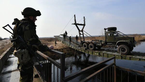 Военнослужащие Республики Беларусь сооружают переправу через реку во время совместных российско-белорусских учений тактических групп ВДВ в Витебской области