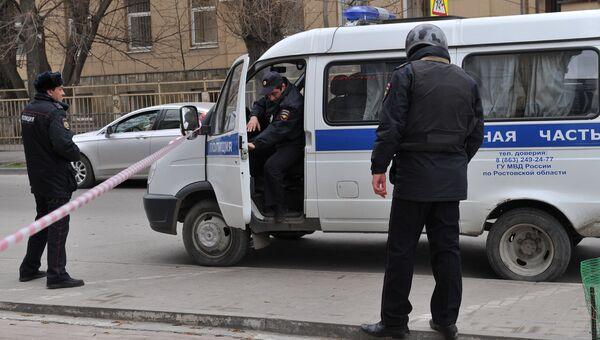 Сотрудники полиции на месте взрыва у школы в Ростове-на-Дону. Архивное фото