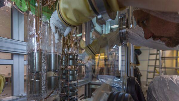 Ученый работает с германиевым диодом в детекторе GERDA