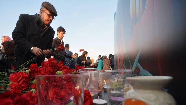 Участники всероссийской акции Вместе против террора возлагают цветы на Кремлевской набережной в Казани в память о жертвах теракта в Санкт-Петербурге