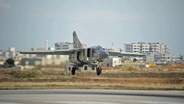 Самолет заходит на посадку на сирийской авиабазе Хама. Архивное фото
