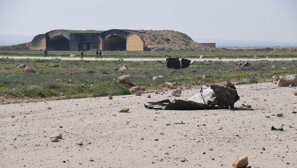 Последствия ракетного удара США по авиабазе в Сирии