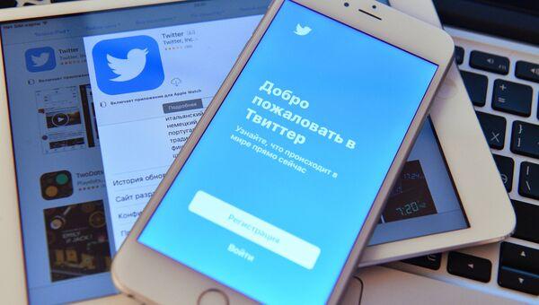 Страница социальной сети Twitter на экранах смартфона и планшета. Архивное фото
