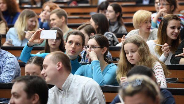 Участники во время ежегодной акции по проверке грамотности Тотальный диктант — 2017 в аудитории Московского педагогического университета
