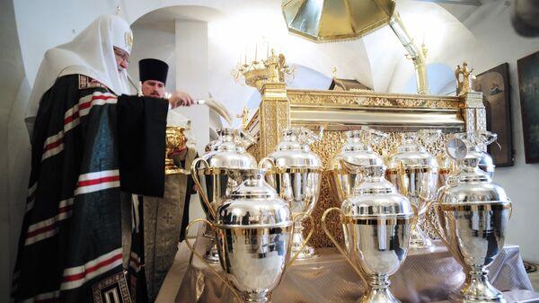Патриарх Кирилл совершает молебен на начало чина мироварения в Донском монастыре. Архивеное фото