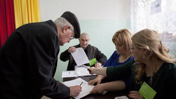 Жители Цхинвала во время голосования на выборах президента Южной Осетии и референдуме о переименовании республики в Государство Алания