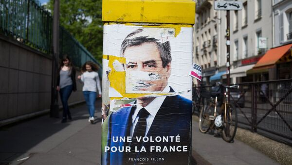 Плакат с изображением кандидата в президенты Франции Франсуа Фийона в Париже. Архивное фото