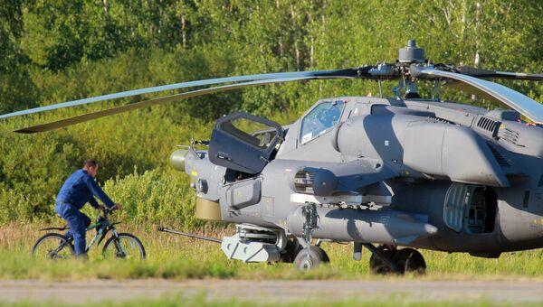 Ударный вертолет Ми-28 пилотажной группы Беркуты во время подготовки летных экипажей ВВС к авиационному празднику Общее небо