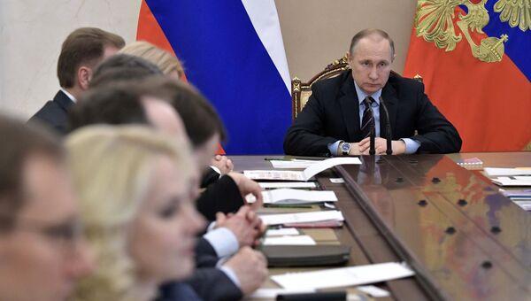 Президент РФ Владимир Путин проводит совещание с членами правительства РФ. 12 апреля 2017