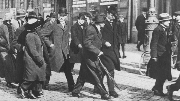 Владимир Ильич Ленин с группой русских политических эмигрантов по пути из Швейцарии в Россию. Стокгольм. 31 марта (13 апреля) 1917 года