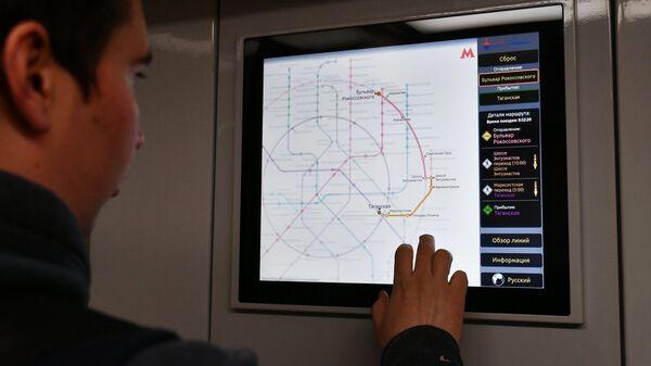 Сенсорный монитор в вагоне поезда Москва. Архивное фото
