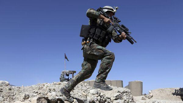 Афганский десантник недалеко от места американской бомбардировки в Афганистане, 14 апреля 2017
