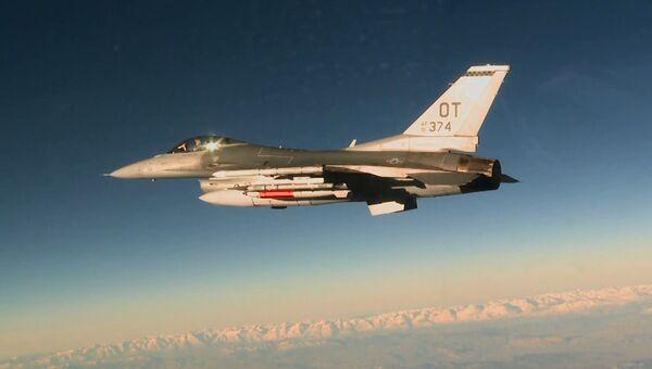 Американский истребитель F-16C с авиабомбой B61-12. Архивное фото