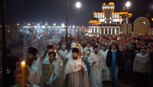 Верующие на пасхальном богослужении в храме Нерукотворного Образа Христа Спасителя в Сочи