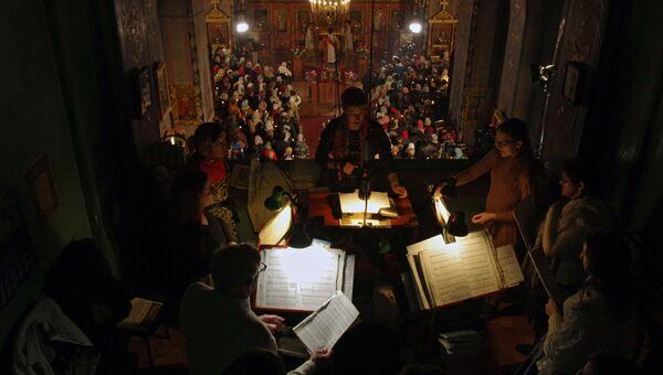 Верующие на пасхальном богослужении в Петропавловском кафедральном соборе в Симферополе