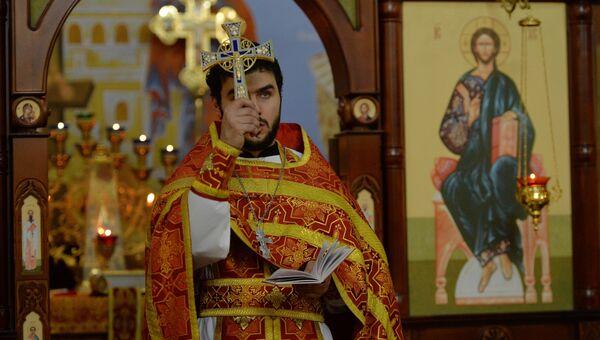 Отец Сергий во время пасхальной службы в церкви Михаила Архангела в Грозном