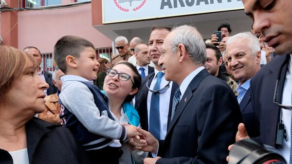 Лидер оппозиционной турецкой Народно-республиканской партии (НРП) Кемаль Кылычдароглу после голосования на одном из избирательных участков в Анкаре. В Турции проходит референдум по поправкам в Конституцию, предусматривающих переход на президентскую систему правления