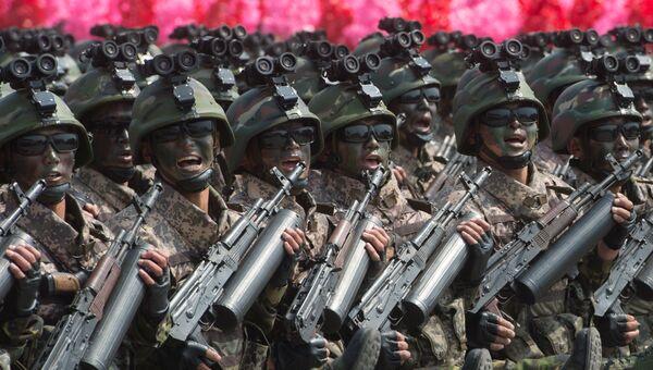 Военнослужащие во время парада, приуроченного к 105-й годовщине со дня рождения основателя северокорейского государства Ким Ир Сена, в Пхеньяне, КНДР