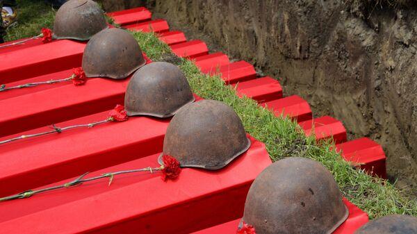 Во время церемонии перезахоронения останков воинов Великой Отечественной войны