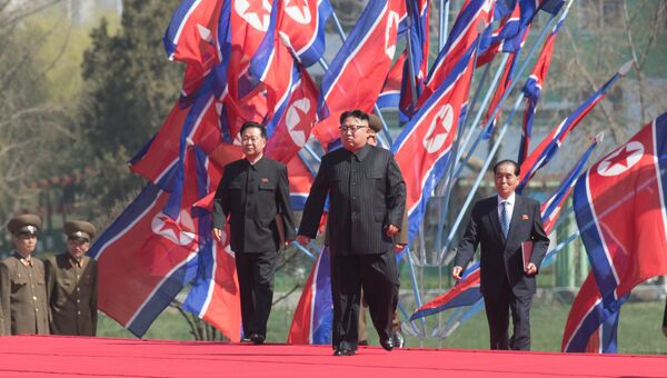 Глава КНДР Ким Чен Ын во время торжественной церемонии открытия жилого комплекса на улице Рёмён в Пхеньяне. Архивное фото