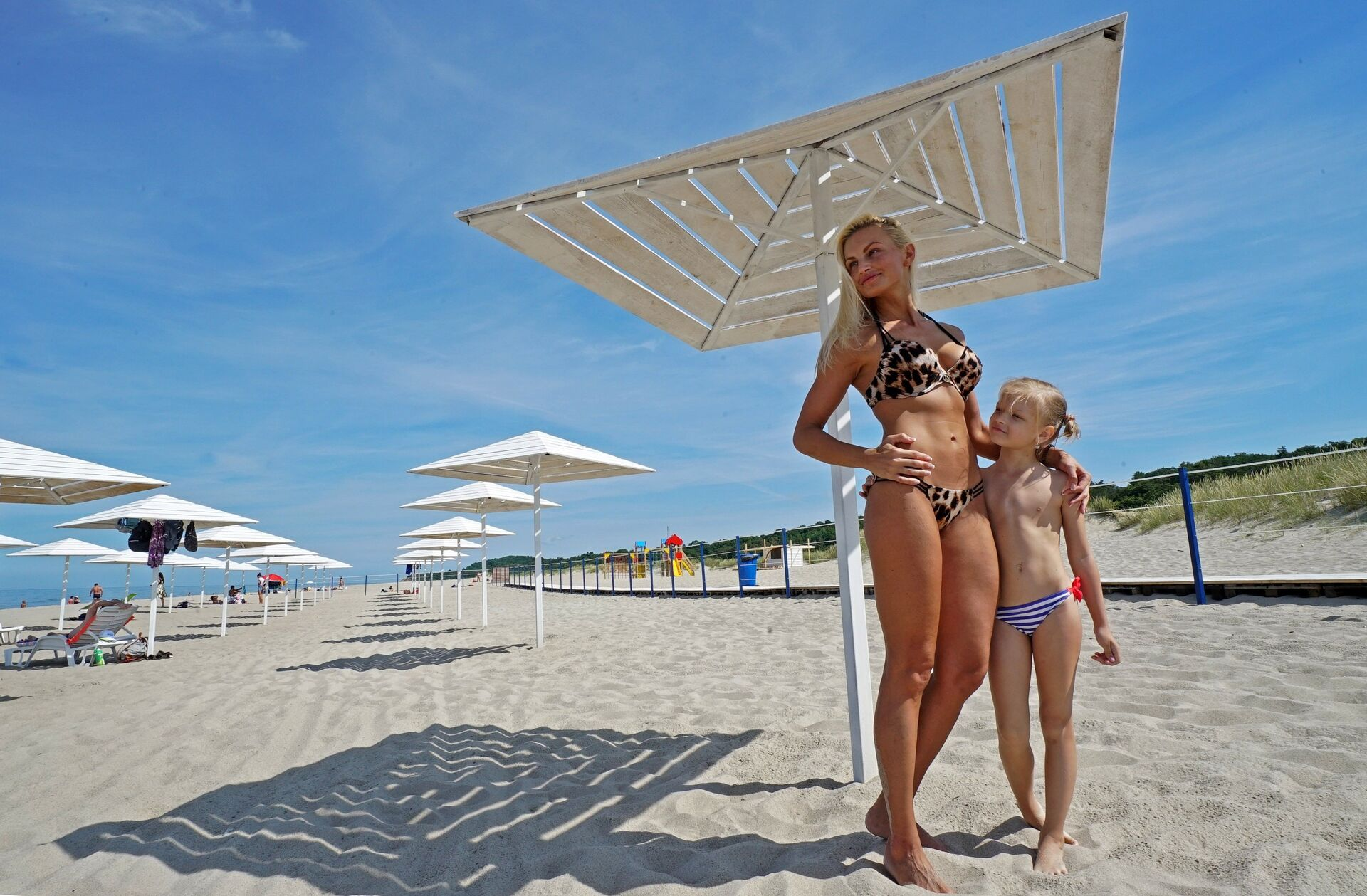 Мама с дочкой на пляже поселка Янтарный в Калининградской области - РИА Новости, 1920, 15.07.2021