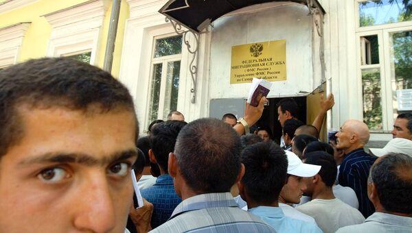 Трудовые мигранты в очереди у здания управления Федеральной миграционной службы России