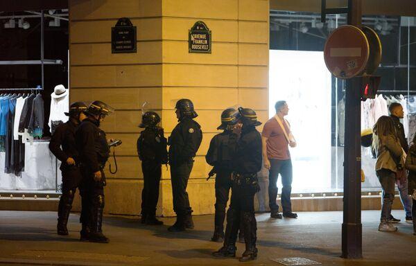 Сотрудники полиции патрулируют улицы неподалеку от места перестрелки в Париже. Один полицейский погиб, еще один ранен при перестрелке в районе Елисейских полей в Париже