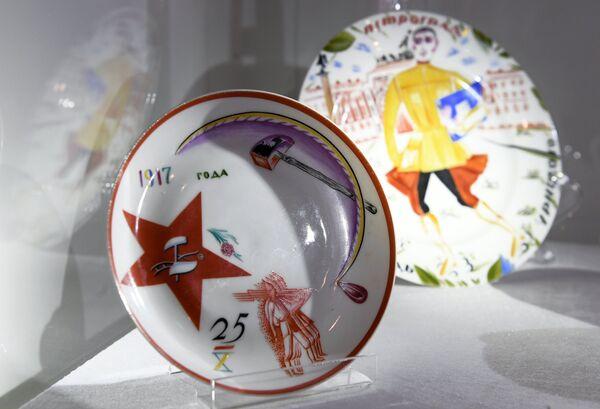 Фарфоровые советские агитационные тарелки на выставке топ-лотов произведений русского искусства в преддверии аукциона, который состоится в Лондоне 5 июня