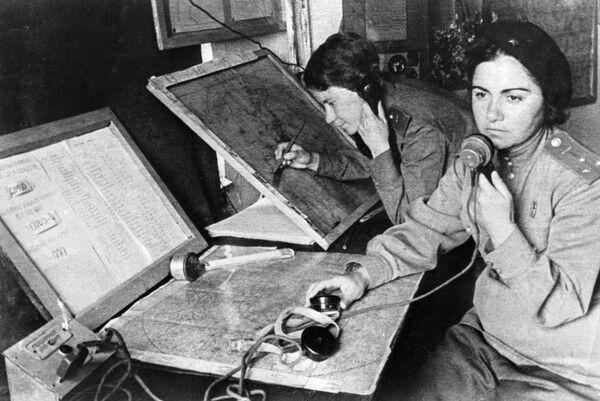 Оператор и штурман 586-го истребительного авиационного полка в штабе наведения во время Великой Отечественной войны