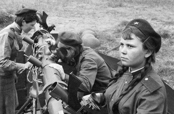Зенитчица Татьяна Шморгунова с боевыми подругами у переправы через реку Одер