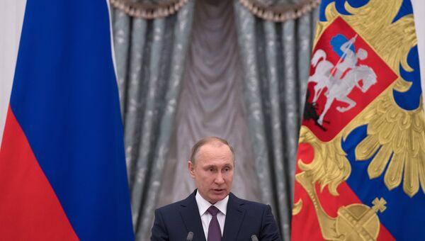 Президент России Владимир Путин на церемонии вручения медалей Герой Труда