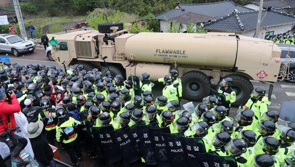 Протестующие и полиция во время доставки оборудования для американской системы противоракетной обороны THAAD в Южной Корее. 26 апреля 2017