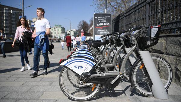 Москвичи возле одного из открывшихся пунктов проката велосипедов. Архивное фото