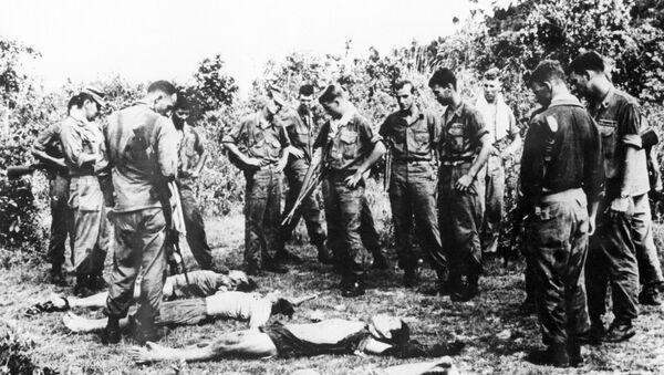 Американские солдаты над телами убитых вьетнамцев