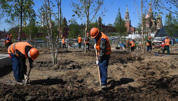 Рабочие во время строительства ландшафтного парка Зарядье в Москве. Архивное фото