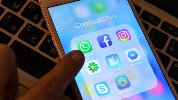 Иконки мессенджеров и приложений социальных соцетей на экране смартфона