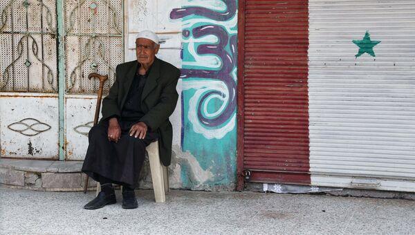 Мужчина на улице сирийского города Дейр-эз-Зор