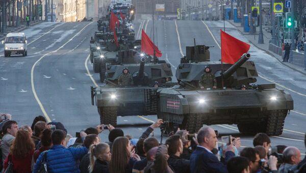 Танки Т-14 Армата во время прохода военной техники по Тверской улице перед репетицией парада Победы на Красной площади