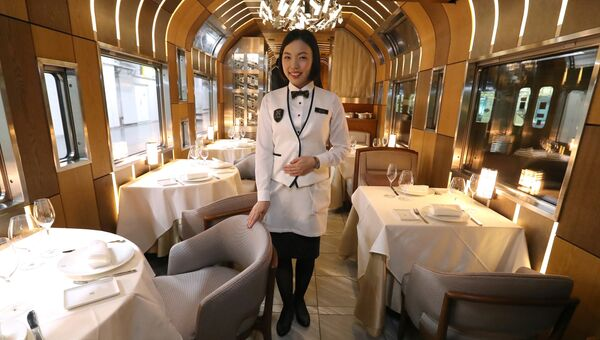 Вагон-ресторан в японском поезде класса люкс Shiki-Shima