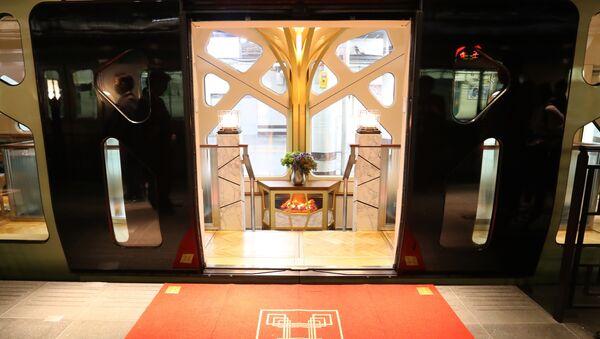 Главные двери японского поезда класса люкс Shiki-Shima