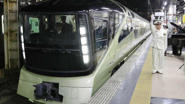 Японский поезд класса люкс Shiki-Shima отправляется в первый рейс