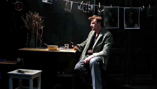 Актер Максим Керин в сцене из спектакля Дом с башенкой в РАМТе