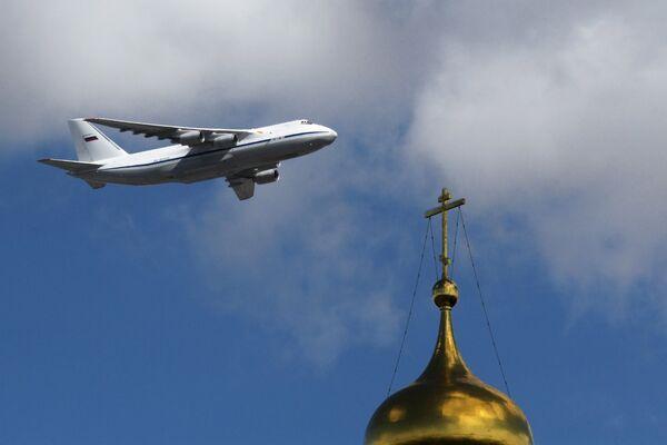 Тяжелый дальний транспортный самолёт АН-124-100 Руслан на репетиции воздушной части парада Победы в Москве