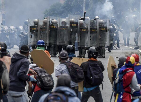 Представители оппозиции и омоновцы столкнулись во время протеста против президента Венесуэлы Николаса Мадуро в Каракасе. Венесуэла, 3 мая 2017