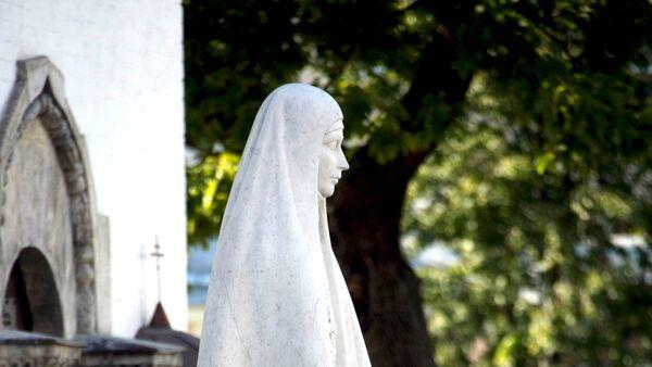 Памятник Великой княгине Елизавете Федоровне Романовой на территории Марфо-Мариинской обители милосердия.