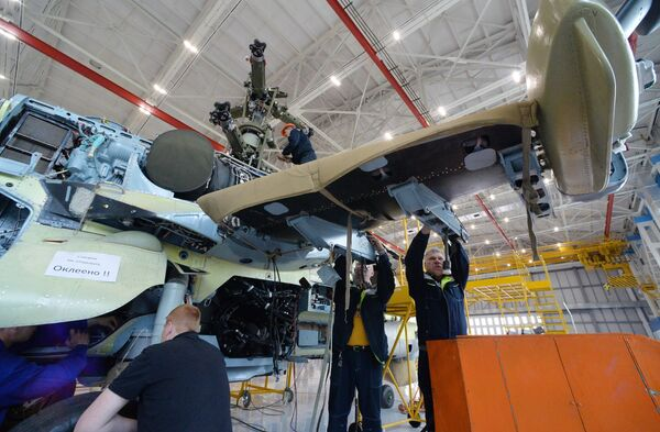 Рабочие в цехе сборки вертолетов Ка-52 Аллигатор на авиационном заводе Прогресс в Приморском крае