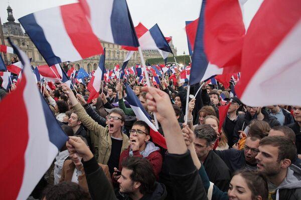 Избиратели во время объявления результатов голосования второго тура президентских выборов во Франции