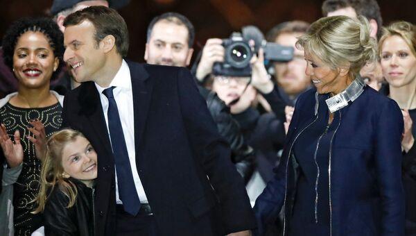 Лидер движения En Marche Эммануель Макрон с женой во время своей победной речи перед Лувром в Париже