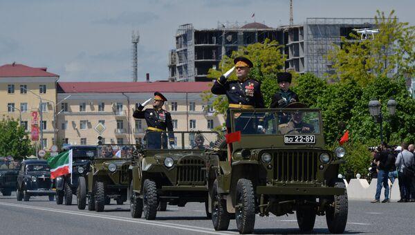 Автомобили времен ВОВ во время военного парада в Грозном, посвящённого 72-й годовщине Победы в Великой Отечественной войне 1941-1945 годов